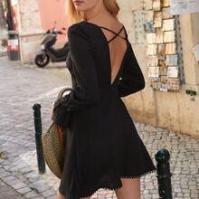 Kleid mit Punkten Muster, Kreuzgurt hinten und Puffaermeln