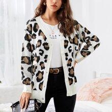 Strickjacke mit sehr tief angesetzter Schulterpartie, Knopfen vorn und Leopard Muster