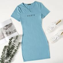 Figurbetontes Kleid mit Buchstaben Grafik und eingekerbtem Kragen