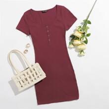 Figurbetontes Kleid mit Knopfen vorn