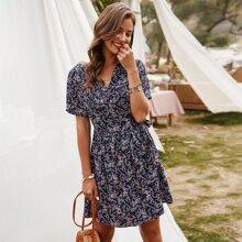 Kleid mit Blumen Muster, V-Ausschnitt vorn und seitlichem Band