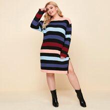 Kleid mit sehr tief angesetzter Schulterpartie, seitlichem Schlitz und Streifen