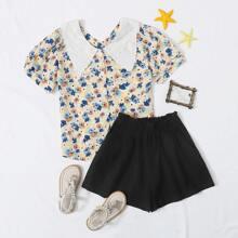 Bluse mit Bluemchen Muster und Shorts