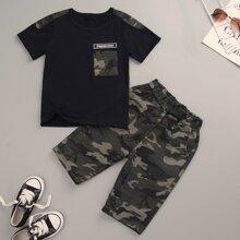 Camiseta de niñitos con parche de letra de camuflaje en contraste con pantalones