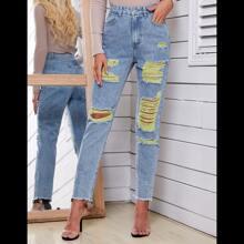 Jeans mit ungesaeumtem Saum und Riss