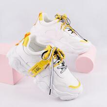 Sneakers mit Band vorn und Buchstaben Muster