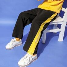 Joggers con costura lateral con bordado de letra