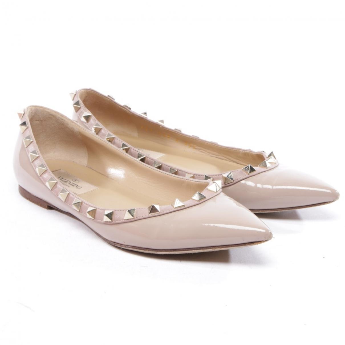 Valentino Garavani - Ballerines Rockstud pour femme en cuir verni - beige