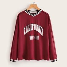 Pullover mit sehr tief angesetzter Schulterpartie, Streifen und Buchstaben Grafik