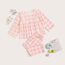 Kleinkind Maedchen Schlafanzug Set mit Karo Muster und Spitzenbesatz