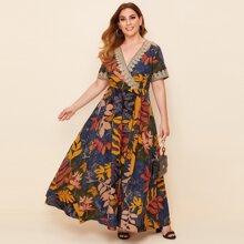 Kleid mit Applikationen Detail, V-Kragen und tropischem Muster