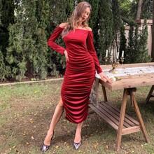 Schulterfreies Kleid mit Schlitz und Ruesche