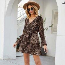 Kleid mit Schosschenaermeln, Raffungsaum, Leopard Muster und Wickel Design