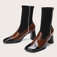 Zweifarbige Stiefel mit klobiger Sohle