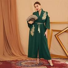Schulterfreies Kleid mit Applikation, Schalkragen und Schlitz
