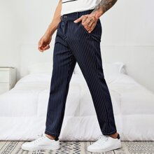 Hose mit Streifen und Knopfen