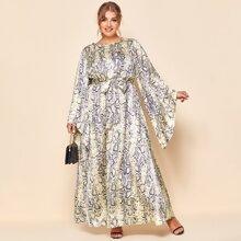 Kleid mit Glockenaermeln, Selbstband und Schlangenleder Muster