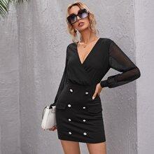 Figurbetontes Kleid mit V Kragen, Netzstoff auf Ärmeln und doppelten Knopfleisten