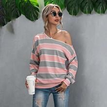 Sweatshirt mit asymmetrischem Kragen und Streifen