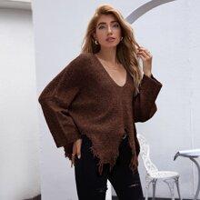 Pullover mit sehr tief angesetzter Schulterpartie und Riss am Saum