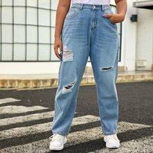 Jeans mit schraegen Taschen und Riss