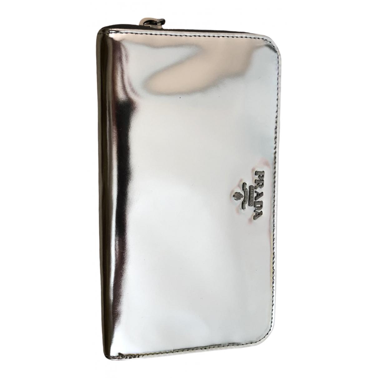 Prada \N Portemonnaie in  Silber Lackleder
