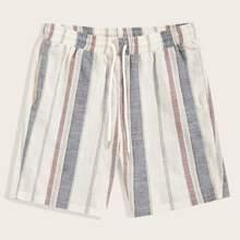 Gestreifte Shorts mit aufgesetzter Rueckentasche