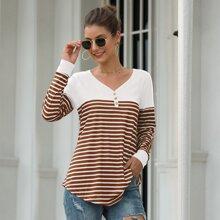 T-Shirt mit Streifen, Knopfen und V-Kragen
