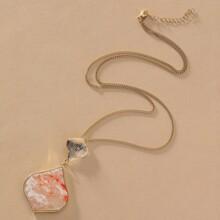 Halskette mit geometrischem Anhaenger