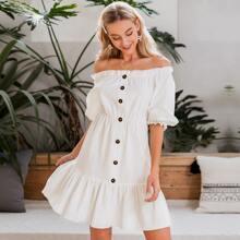 Schulterfreies Kleid mit Raffungsaum und Knopfen vorn