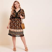 Kleid mit Spitzeneinsatz, Quasten am Saum und Stamm Muster