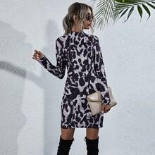 Vestido ajustado con estampado de leopardo de cuello alto