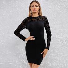 Figurbetontes Kleid mit Geo Muster und Netzstoff