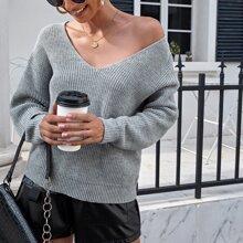 Pullover mit sehr tief angesetzter Schulterpartie und Kreuzgurt hinten