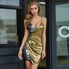 Double Crazy Metallisches Kleid mit tiefem Kragen, Patchwork Design und Wickel Design