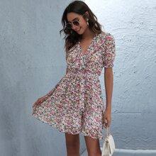 Mehrschichtiges Kleid mit Gaensebluemchen Muster und Rueschen