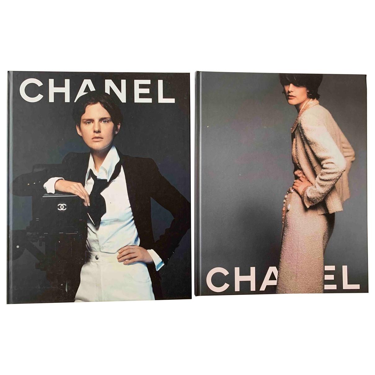 Chanel - Mode   pour lifestyle en bois - gris