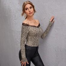 Camiseta delgada de leopardo ribete con encaje de hombros descubiertos