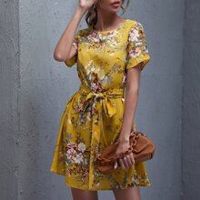 Kleid mit Selbstband und Blumen Muster