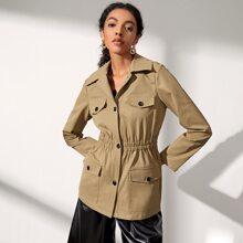 Mantel mit einreihiger Knopfleiste und Klappen Detail