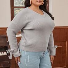 Pullover mit sehr tief angesetzter Schulterpartie, Knoten und Manschetten