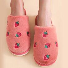 Hausschuhe mit Erdbeere Stickereien