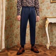 Einfarbige Hose mit Falten