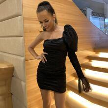 Figurbetontes Kleid mit einer Schulter frei, Perlen, Ruesche und Netzstoff