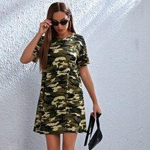 T-Shirt Kleid mit sehr tief angesetzter Schulterpartie und Camo Muster