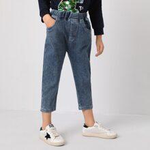 Jeans mit schraegen Taschen und elastischer Taille