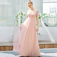 vestido de fiesta de malla con lentejuelas en contraste con fruncido de cuello cruzado