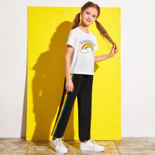 Conjunto camiseta con estampado de arcoiris con pantalones de lado de rayas con cinturon