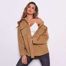 Mantel mit sehr tief angesetzter Schulterpartie und Knopfen vorn