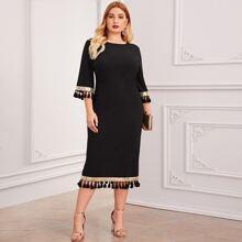 Kleid mit Pailletten & Quasten Detail und Schlitz am Saum